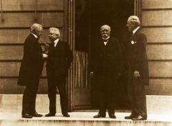 Les représentants au Conseil des Quatre à la Conférence de la paix : de gauche à droite Lloyd George, Vittorio Orlando, George Clémenceau, Woodrow Wilson.